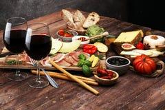 被设置的意大利开胃小菜酒快餐 乳酪品种,地中海 免版税图库摄影