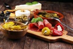 被设置的意大利开胃小菜酒快餐 乳酪品种,地中海 免版税库存照片