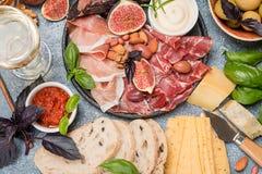 被设置的意大利开胃小菜酒快餐 库存图片