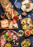 被设置的意大利开胃小菜酒快餐 库存照片