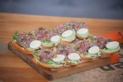 被设置的意大利开胃小菜酒快餐 Brushettas品种 库存图片