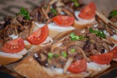 被设置的意大利开胃小菜酒快餐 Brushettas品种 图库摄影