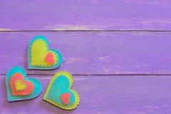 被设置的毛毡心脏 与被缝合的毛毡心脏的华伦泰背景在木板条 看板卡日愉快的华伦泰 木背景 免版税库存照片