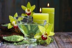 被设置的温泉:液体皂,在木匙子,有气味的蜡烛的海盐 免版税库存图片
