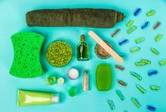被设置的温泉:肥皂、面具、油、海盐和毛巾在蓝色背景 免版税库存照片