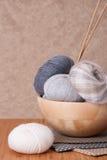 被设置的编织的辅助部件 毛线球 免版税图库摄影