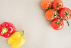 被设置的菜:成熟蕃茄,红色和黄色辣椒粉 免版税库存图片