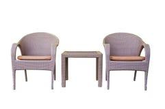 被设置的藤条桌和椅子 库存图片