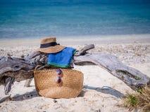 被设置的袋子海滩可膨胀的夹克沙子凉鞋 库存照片