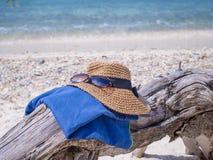 被设置的袋子海滩可膨胀的夹克沙子凉鞋 库存图片