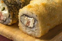被设置的被烘烤的寿司卷宏观照片在木盘服务 免版税库存图片