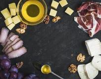 被设置的酒开胃菜:乳酪和肉选择用葡萄,蜂蜜 免版税库存照片