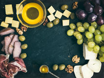 被设置的酒开胃菜:乳酪和肉选择用葡萄,蜂蜜 免版税库存图片