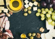 被设置的酒开胃菜:乳酪和肉选择用葡萄,蜂蜜 图库摄影