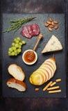 被设置的酒开胃菜:乳酪咸味干乳酪和葡萄 图库摄影
