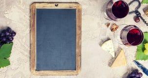 被设置的酒开胃菜:法国乳酪选择、葡萄和核桃 图库摄影