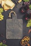 被设置的酒开胃菜:法国乳酪选择、葡萄和核桃 库存照片