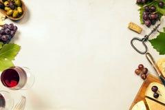 被设置的酒开胃菜:法国乳酪选择、葡萄和核桃 免版税库存图片