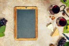 被设置的酒开胃菜:法国乳酪选择、葡萄和核桃 库存图片