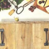 被设置的酒开胃菜:法国乳酪选择、葡萄和核桃 免版税库存照片