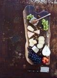 被设置的酒开胃菜:法国乳酪选择 图库摄影