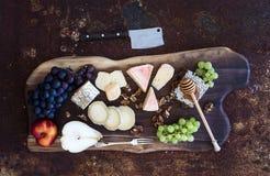 被设置的酒开胃菜:法国乳酪选择 免版税库存照片