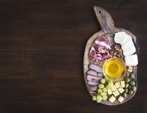 被设置的酒开胃菜:肉和乳酪选择,蜂蜜,葡萄, w 库存照片