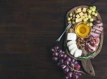 被设置的酒开胃菜:肉和乳酪选择,蜂蜜,葡萄, w 库存图片