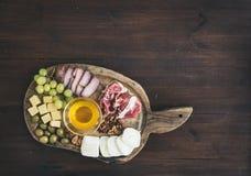 被设置的酒开胃菜:肉和乳酪选择,蜂蜜,葡萄, w 免版税图库摄影