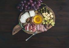 被设置的酒开胃菜:肉和乳酪选择,蜂蜜,葡萄 图库摄影
