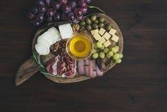 被设置的酒开胃菜:肉和乳酪选择,蜂蜜,葡萄 免版税库存照片