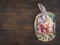 被设置的酒开胃菜:肉选择,与pesto的长方形宝石切片 库存照片