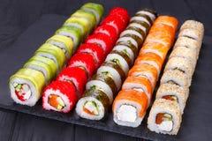 被设置的鲜美可口多彩多姿的开胃寿司卷为o服务 免版税图库摄影
