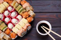 被设置的鲜美开胃多彩多姿的寿司卷,服务用大豆s 免版税图库摄影
