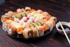 被设置的鲜美开胃多彩多姿的寿司卷,服务用大豆s 免版税库存图片