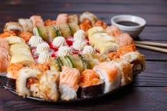 被设置的鲜美开胃多彩多姿的寿司卷,服务用大豆s 库存照片