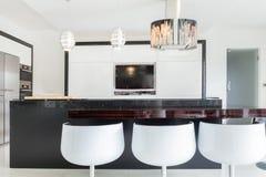 被设计的厨房在宽敞房子里 免版税库存图片