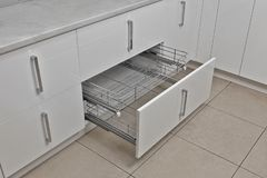 被设计的家庭内部居住的减速火箭的空间样式 厨房-与家具的开门 物质的木头和的Chrome,现代设计 库存照片