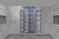 被设计的家庭内部居住的减速火箭的空间样式 厨房-冰箱的开门 木头和C 免版税库存图片