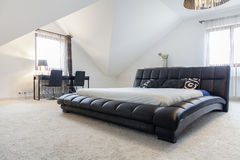 被设计的床在现代卧室 库存照片