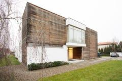 被设计的房子在郊区 免版税图库摄影