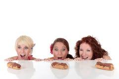 被诱惑三个妇女年轻人的有吸引力 免版税图库摄影
