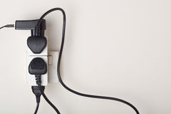 被超载的交流电能壁上插座 图库摄影