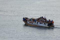 被超载的公共交通工具船 免版税库存照片