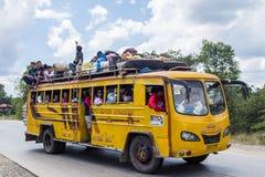 被超载的公共汽车在菲律宾 库存照片