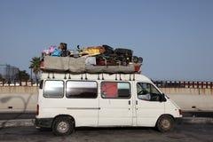 被超载的有篷货车 免版税库存图片