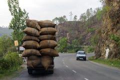 被超载的车在新德里,印度街道上的常见的情景  库存照片