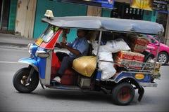 被超载的Tuk-Tuk出租汽车 免版税库存照片