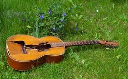 被践踏的老吉他 免版税图库摄影