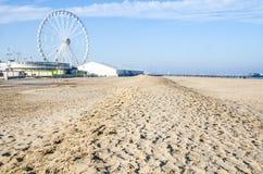 被践踏的里米尼空的离开的海滩冬天弗累斯大转轮沙子 库存照片
